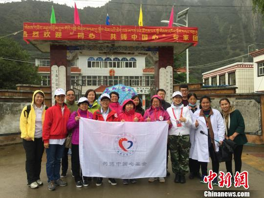 結束巴河鎮的義診后,醫療專家、志願者與當地醫務工作人員合影。 趙玉芹 攝