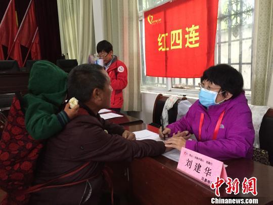 北京中醫藥大學東直門醫院著名中醫劉建華為患者把脈詢問病情。 趙玉芹 攝