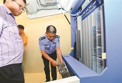 江苏首台24小时服务居民身份证自助领证机亮相