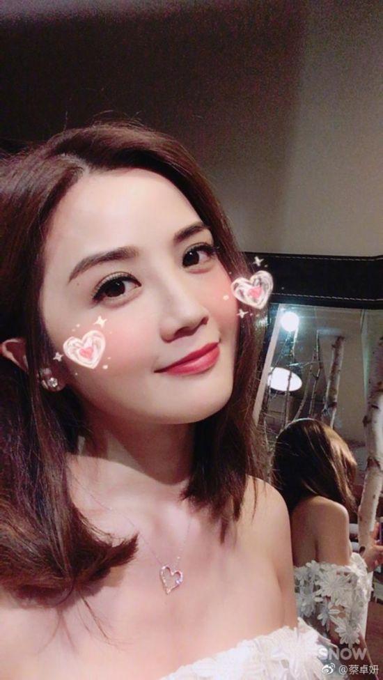 阿SA蔡卓妍秀可爱自拍恋爱之后越来越甜美