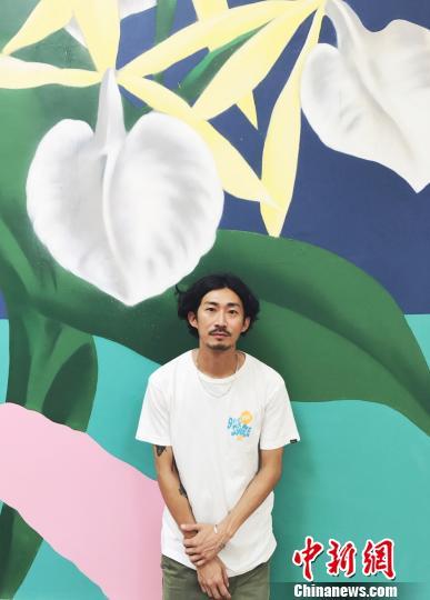 艺术家林子楠与他的作品。 张霁平 摄