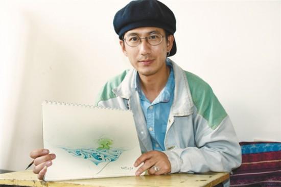 在霍尔唐卡画室里学习唐卡绘画的米书(来自东北)向记者展示自己的作品《祥云》。