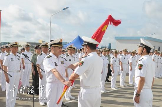 海军司令员沈金龙宣读驻吉布提保障基地组建命令并授予军旗。