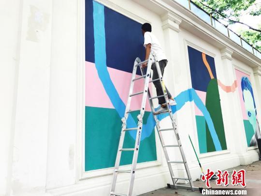 林子楠助手涛子在进行壁画最后的细节处理。 张霁平 摄