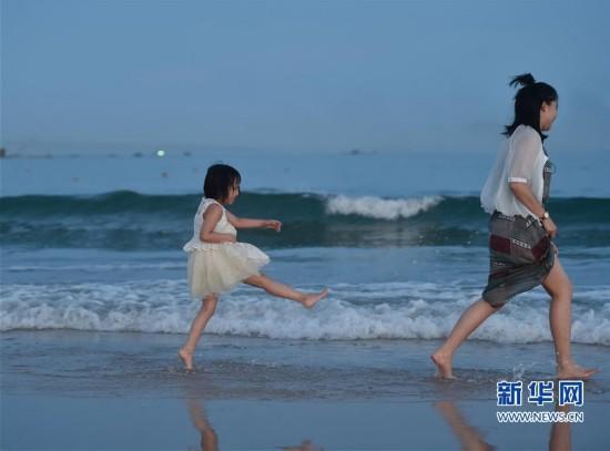 (社会)(3)海边戏水 享受清凉