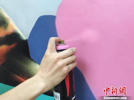 艺术家沾着颜料的手。 张霁平 摄