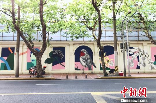衡山路8号围墙上的《新浪漫TheNewWave》巨幅露天壁画。 张霁平 摄
