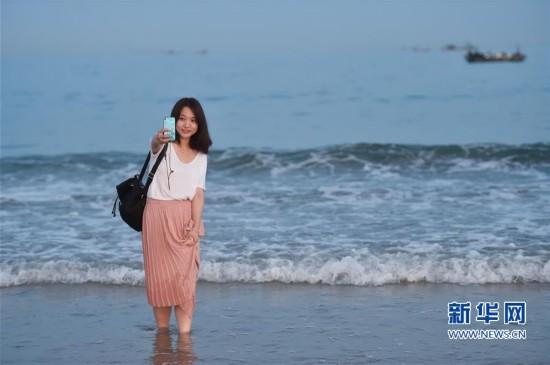 (社会)(1)海边戏水 享受清凉
