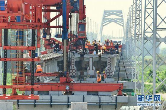 河北:唐曹铁路加紧架梁铺轨