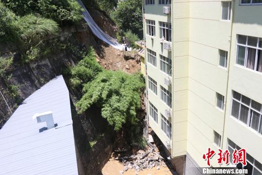 云南贡山一电影院背后山体滑坡致9人被困消防紧急营救