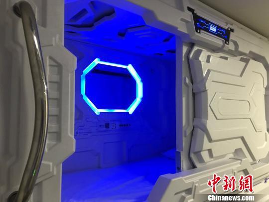 舱内灯光可以根据需要自行调节。 王子涛摄
