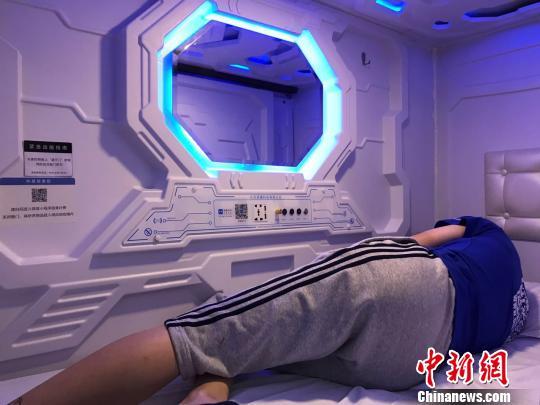 """不少上班族选择来""""共享睡眠舱""""小憩。 王子涛摄"""