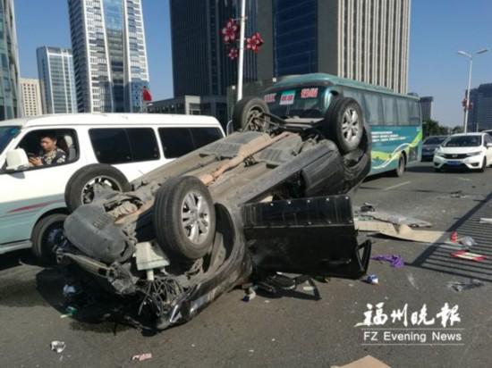 福州鳌峰大桥台江下桥处发生事故 皮卡撞掉小车车顶