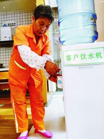 """南京300多个""""清凉驿站""""对户外劳动者开放"""