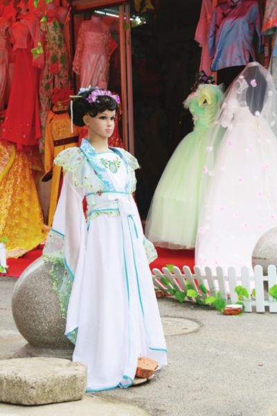 木渎香溪街,古装拍摄门面鳞次栉比,门口用衣装模特招揽生意。 潘治明 摄