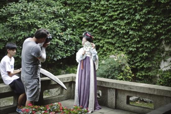 耦园西花园,穿着复古服装的模特在拍摄写真。色影
