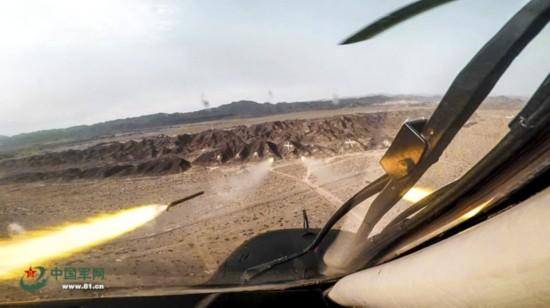气温超40℃ 大漠深处有战鹰出没(图)