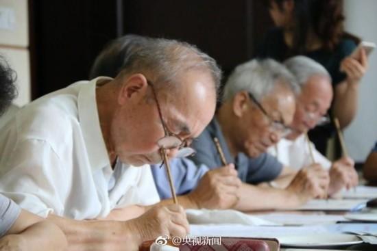 大学老教授用毛笔为4500名新生写录取通知书