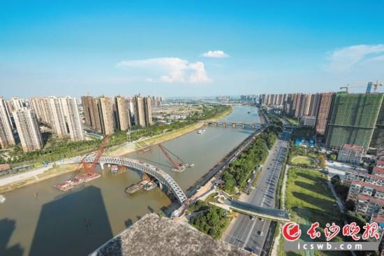 17日,连接浏阳河东西两岸的核心景观汉桥,实现钢制主桁架合龙。长沙晚报记者 陈飞 摄
