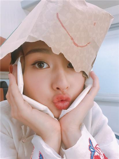 在另一组照片中,宋祖儿又化身呆萌可爱的少女,将牛皮纸袋套在头上,用