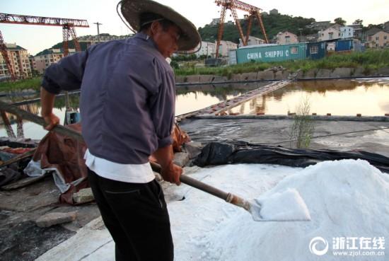 温岭:高温下的晒盐工