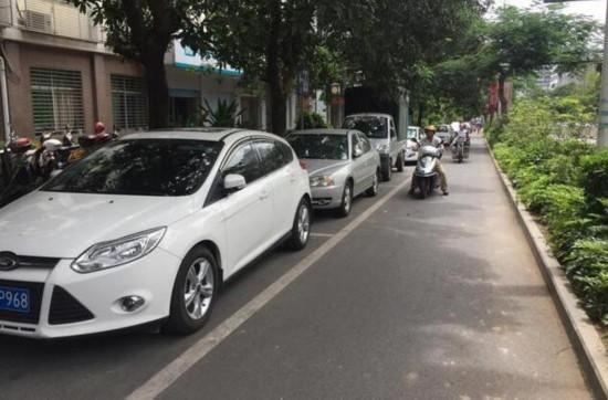 莆田辅道设停车位影响电摩通行 骑手呼吁限时停车