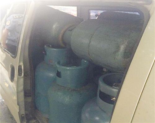 面包车内竟装39罐充有燃气煤气罐 非法运输被暂扣