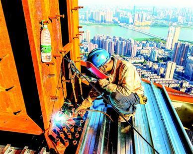 武汉:工人460米高空高温作业(图)
