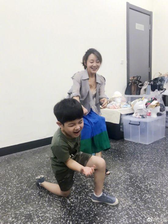沙溢儿子安吉与闫妮玩耍 场面逗趣显童真(图)