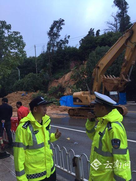 民警现场疏导交通  记者 关喜如意 石磊 摄