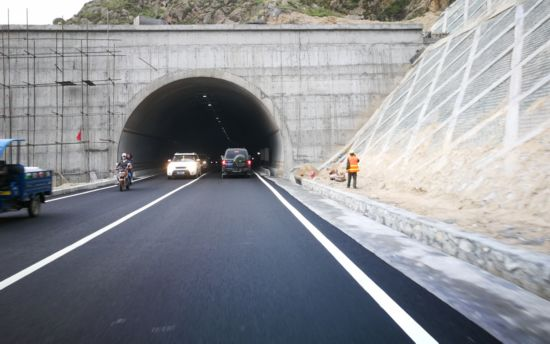 拉萨北环路拉隆隧道单向贯通过往车辆临时限高