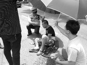 外賣小哥遭遇車禍 無錫城管烈日下為傷者打傘