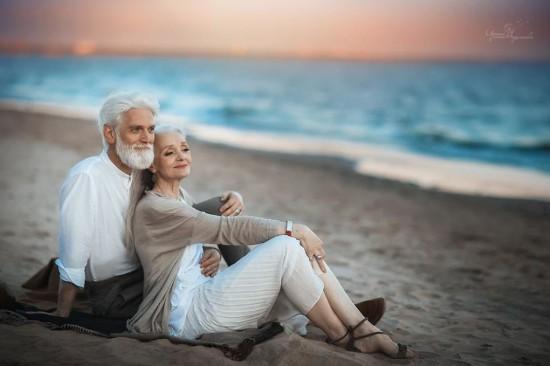 银发夫妇拍浪漫写真 这大概就是爱情的模样吧