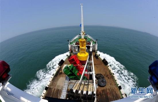 (社会)(2)上海:深水港里布航标