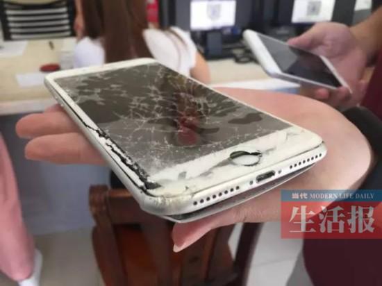 女记者南宁街头采访遭辱骂扇耳光砸手机