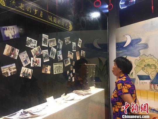 """图为当地民众在参观""""乡愁文化展览馆""""里陈列的家书。 林馨 摄"""
