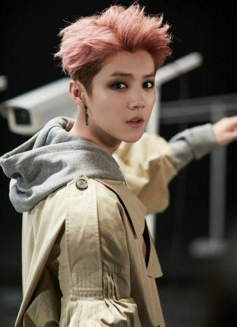 鹿晗新发色酷帅man爆,这些年他染过的发色可以连成一道彩虹了