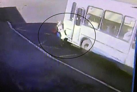 俄女童上车时遭公交司机突然关门 被夹腿拖行数十米
