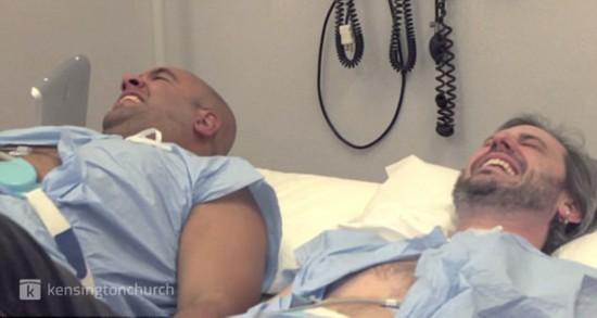 """美两男子体验分娩阵痛 称""""如同刀锯割肚"""""""