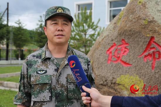 北部战区陆军边防某旅政委高慧锋接受人民网采访。