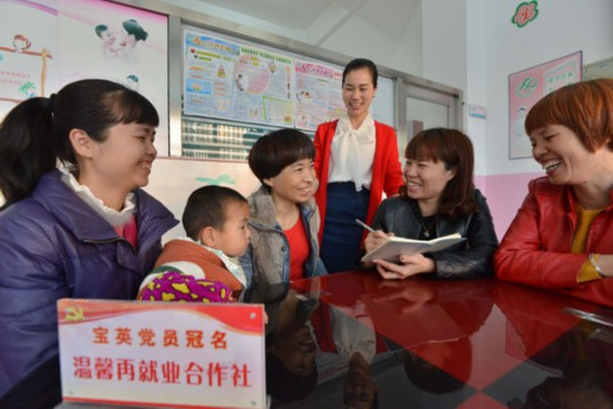 泉港区凤阳村委会副主任、党员连宝英在党员冠名服务社里向群众了解就业情况。(刘泽阳 摄)
