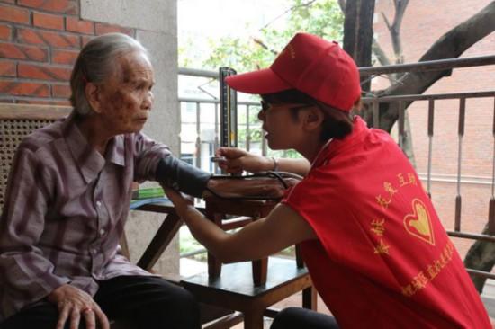 鲤城区直机关开展学习廖俊波同志主题实践活动,组织党员开展志愿服务。