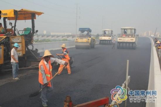 常州长虹西路改造项目工人脚踩100℃沥青干活