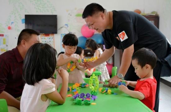 德化憨鼠党支部爱心小分队慰问三班镇奎斗小学留守儿童。
