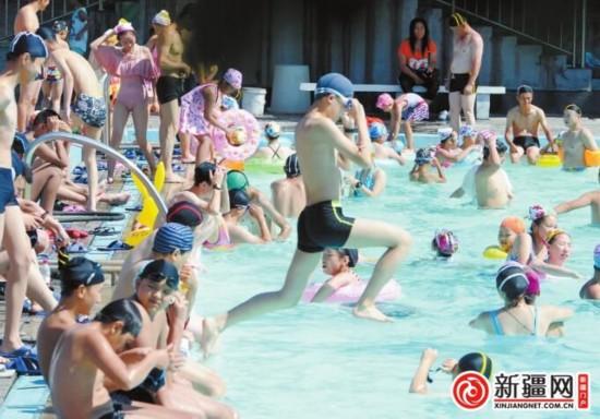 7月27日,乌鲁木齐市主城区最高气温达到37℃,红山游泳馆室外泳池市民