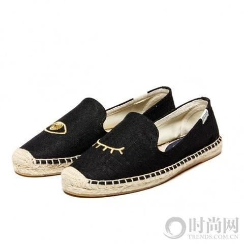 尖头平底鞋   尖头的设计非常出众,它也被赋予了现代化的改革,或许