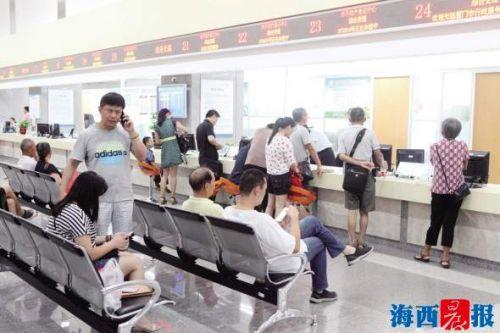 昨日,厦门市行政服务中心照常上班,许多市民前来办理业务。记者 唐光峰 摄