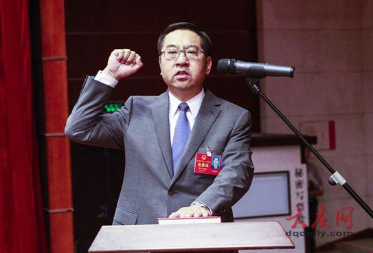 在全体代表见证下,石嘉兴向宪法宣誓。记者 刘为强 孙娜 摄