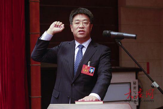 在全体代表见证下,任贵生向宪法宣誓。记者 刘为强 孙娜 摄