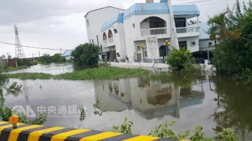 """台湾屏东县林边乡、佳冬乡等多处因台风带来强降雨导致淹水。图片来源:台湾""""中央社""""。"""